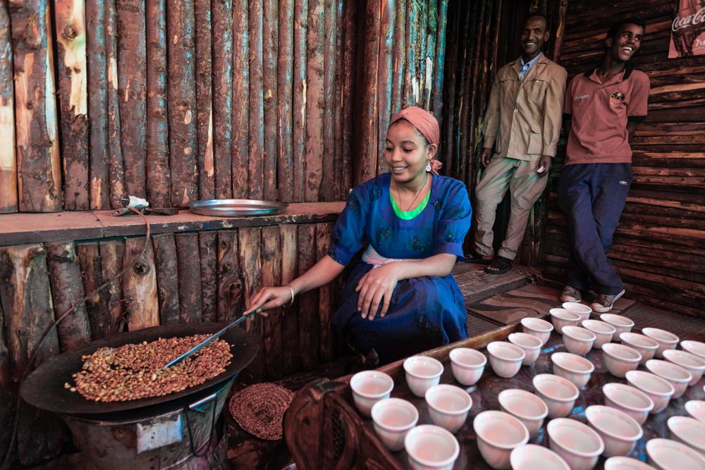 La preparazione di una tazza di caffè inizia dalla tostatura.