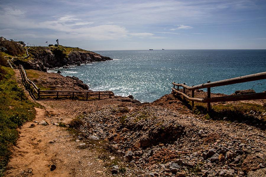 camminando   lungo il  mare